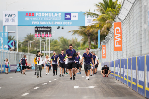 Sam Bird (GBR), Envision Virgin Racing, walks the track with team members.