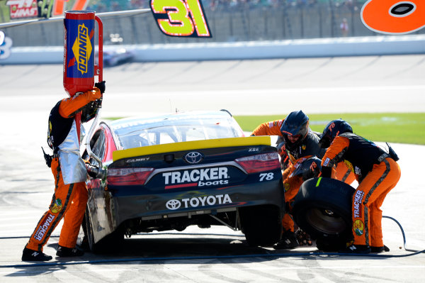 14-16 October, 2016, Kansas City, Kansas USA Martin Truex Jr, Bass Pro Shops/Tracker Boats Toyota Camry, makes a pit stop. ?2016, John Harrelson / LAT Photo USA