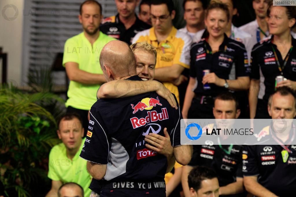 Marina Bay Circuit, Singapore. Sunday 22nd September 2013.  Sebastian Vettel hugs Adrian Newey, Red Bull Racing celebration team photo.  World Copyright: Charles Coates/LAT Photographic. ref: Digital Image _X5J0181