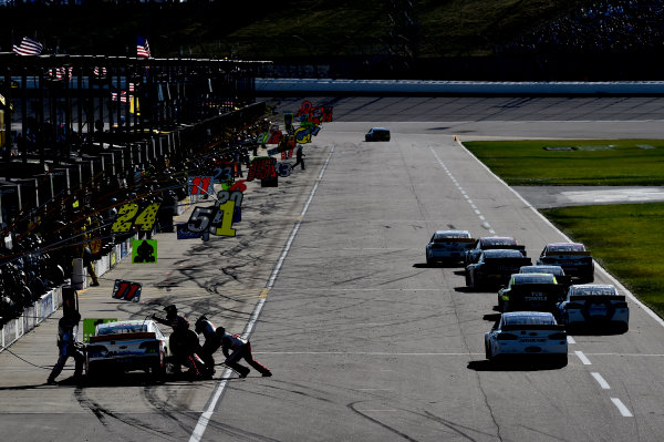 16-18 October, 2015, Kansas City, Kansas USA Jeff Gordon (24) makes a pit stop ?2015 John Harrelson / LAT Photo USA