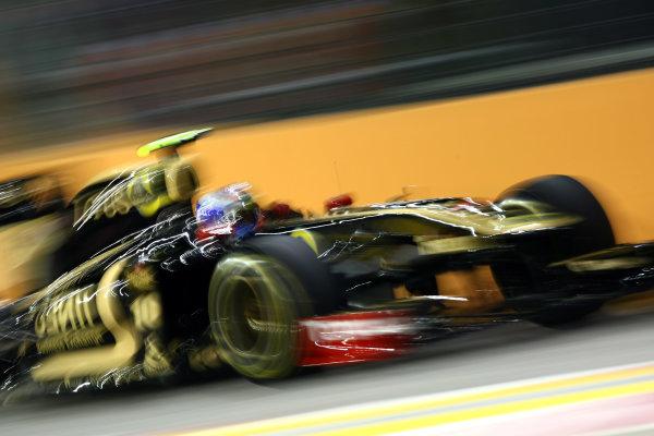 Marina Bay Circuit, Singapore.24th September 2011.Vitaly Petrov, Lotus Renault GP R31. Action. World Copyright: Andy Hone/LAT Photographicref: Digital Image CSP28108