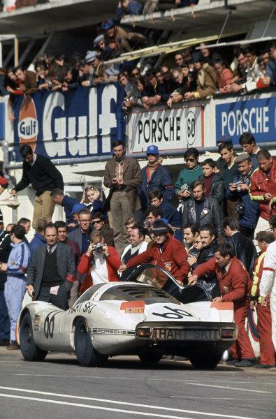 Le Mans, France. 28-29 September 1968 Dieter Spoerry/Rico Steinemann (Porsche 907/8), 2nd position, pit stop, action World Copyright: LAT PhotographicRef: 68LM06