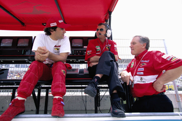 Alex Zanardi and Patrick Head on the Williams pitwall.