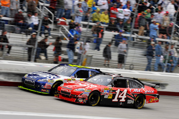 19-21 March 2010, Bristol, Tennessee, USAJimmie Johnson passes Tony Stewart for the lead©2010, LAT South, USALAT Photographic
