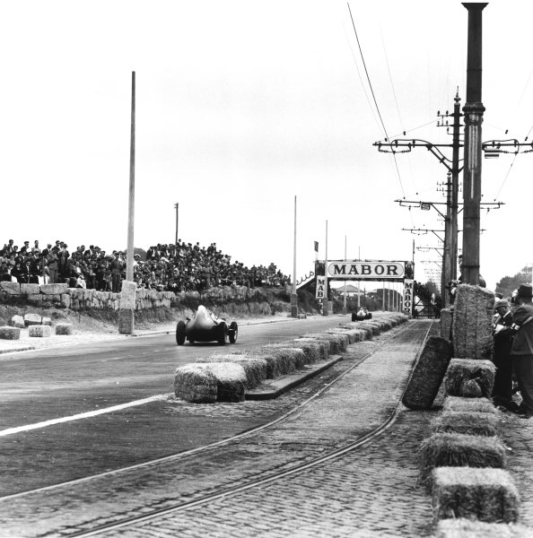 Porto, Portugal. 22nd - 24th August 1958.Stirling Moss (Vanwall), 1st position, action.World Copyright: LAT PhotographicRef: 2393.