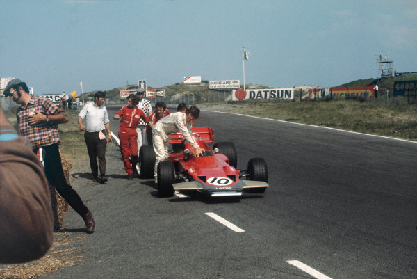 Zandvoort, Holland. 19-21 June 1970.  Jochen Rindt and Lotus mechanics push the Lotus 72C Ford off the track during practice.  Ref: 70HOL80. World Copyright: LAT Photographic