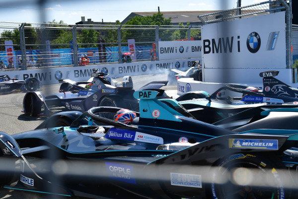 Robin Frijns (NLD), Envision Virgin Racing, Audi e-tron FE05 leads Mitch Evans (NZL), Panasonic Jaguar Racing, Jaguar I-Type 3 and Gary Paffett (GBR), HWA Racelab, VFE-05