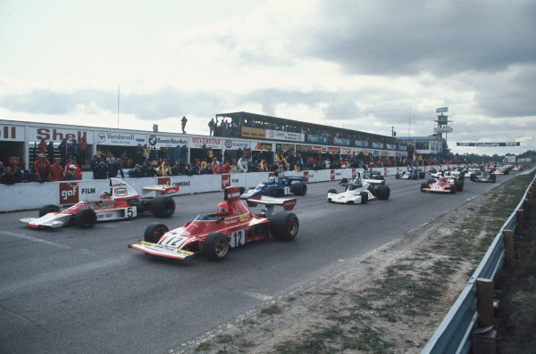 1974 Canadian Grand Prix  Mosport Park, Canada. 22 September 1974.  Niki Lauda, Ferrari 312B3, and Emerson Fittipaldi, McLaren M23 Ford, lead off the front row of the grid at the start.  Ref: 74CAN10. World Copyright: LAT Photographic