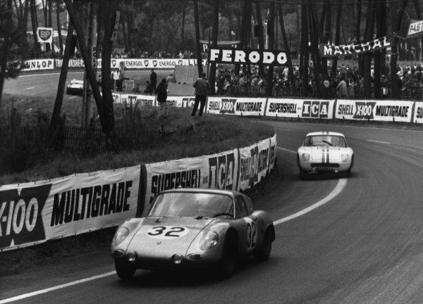 Le Mans, France. 10th - 11th June 1961.Edgar Barth/Hans Herrmann (Porsche RS61 Coupe), 7th position, action. World Copyright: LAT Photographic.Ref:  B/WPRINT.
