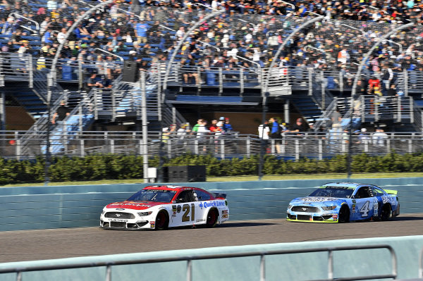 #21: Paul Menard, Wood Brothers Racing, Ford Mustang Motorcraft / Quick Lane Tire & Auto Center and #4: Kevin Harvick, Stewart-Haas Racing, Ford Mustang Busch Light