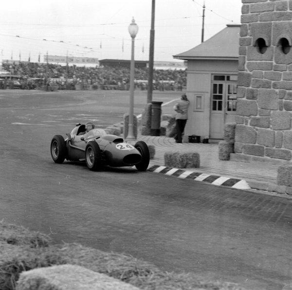 1958 Portuguese Grand Prix.Porto, Portugal.22-24 August 1958.Wolfgang von Trips (Ferrari Dino 246) 5th position.Ref-2363.World Copyright - LAT Photographic