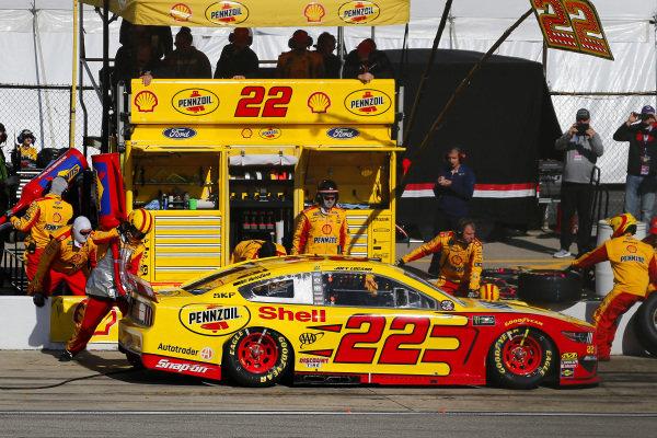 #22: Joey Logano, Team Penske, Ford Mustang Shell Pennzoil pit stop