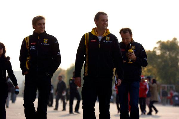 Shanghai International Circuit, Shanghai, China16th April 2010Robert Kubica, Renault R30, and Vitaly Petrov, Renault R30, with Steve Nielsen, Race Engineer, Renault F1. Portrait. World Copyright: Charles Coates/LAT Photographicref: Digital Image _26Y0684