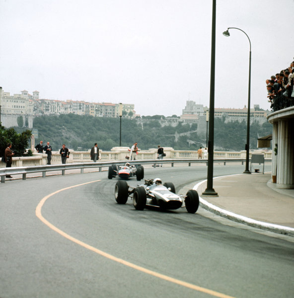 Monte Carlo, Monaco.28-30 May 1965.Bruce McLaren (Cooper T77 Climax) leads Dickie Attwood (Lotus 25 BRM). McLaren finished in 5th position.Ref-3/1615.World Copyright - LAT Photographic