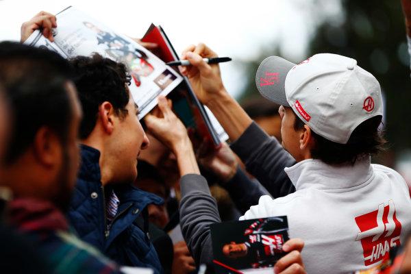 Autodromo Hermanos Rodriguez, Mexico City, Mexico. Thursday 27 October 2016. Esteban Gutierrez, Haas F1, signs autographs for fans. World Copyright: Andy Hone/LAT Photographic ref: Digital Image _ONY9464