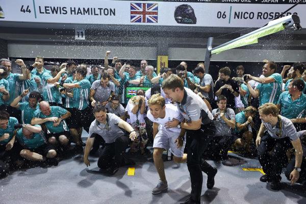 Marina Bay Circuit, Singapore. Sunday 21 September 2014. Lewis Hamilton, Mercedes F1 W05 Hybrid, 1st Position, Nico Rosberg, Mercedes F1 W05 Hybrid, and the Mercedes team celebrate victory. World Copyright: Steve Etherington/LAT Photographic. ref: Digital Image SNE19582