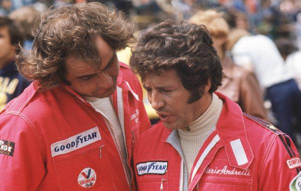 1977 United States Grand Prix West.Long Beach, California, USA.1-3 April 1977.Gunnar Nilsson with team mate Mario Andretti (both Team Lotus).World Copyright - LAT Photographic