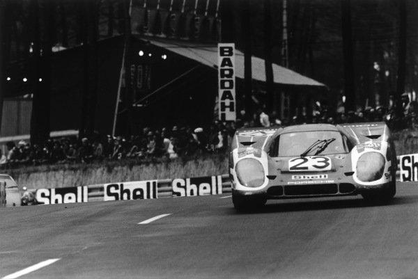 1970 Le Mans 24 hours. Le Mans, France. 13th - 14th June 1970. Hans Herrmann / Richard Attwood (Porsche 917K), 1st position, action. World Copyright: LAT Photographic. Ref:  3145 - 33-33a.
