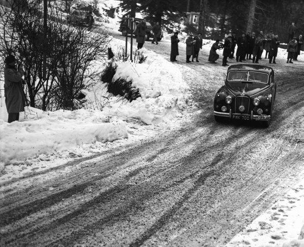 1956 Monte Carlo Rally. Ronnie Adams, Frank Biggar and Derek Johnston, Jaguar Mk7, 1st position, action.  World Copyright: LAT Photographic.  Ref:  Autocar Glass Plate C45420.