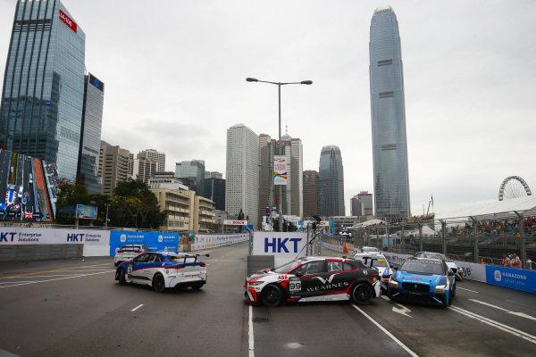 Katherine Legge (GBR), Rahal Letterman Lanigan Racing leads Simon Evans (NZL), Team Asia New Zealand and Darryl O'Young (HKG), Jaguar VIP car