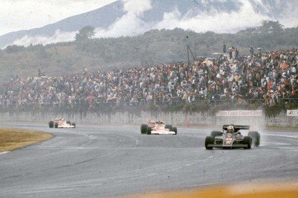 Gunnar Nilsson, Lotus 77 Ford leads James Hunt, McLaren M23 Ford and Jochen Mass, McLaren M23 Ford.