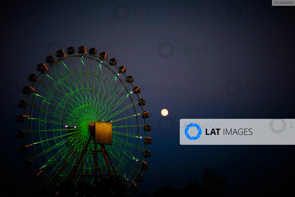 Suzuka Circuit, Suzuka, Japan.  Sunday 27 September 2015. The moon rises behind the Ferris Wheel after the race. World Copyright: Alastair Staley/LAT Photographic ref: Digital Image _79P8576