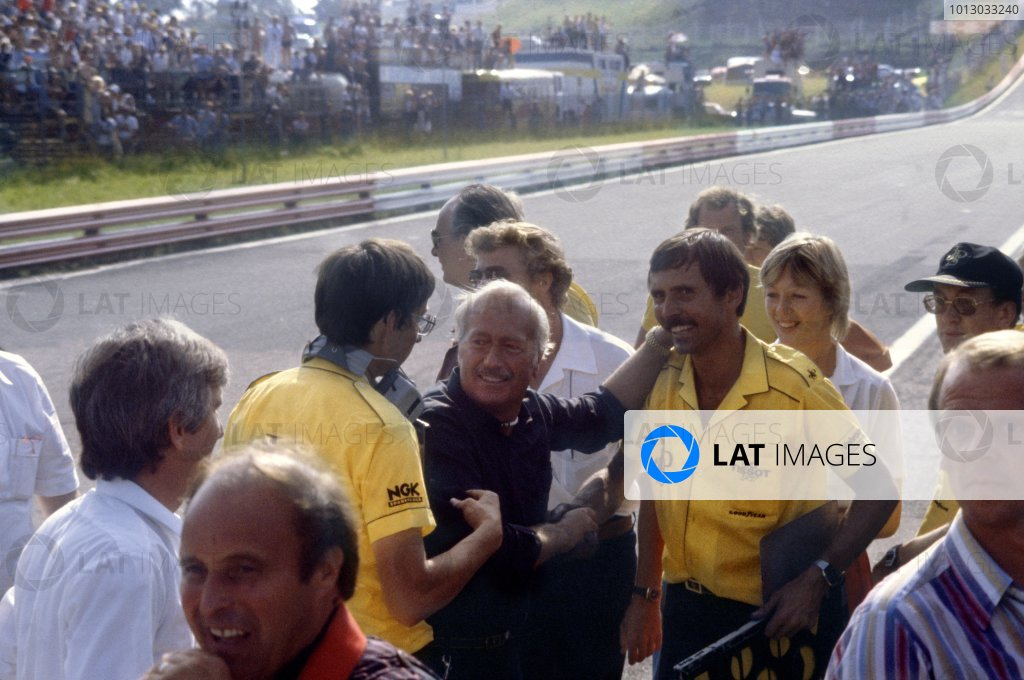 1982 Austrian Grand Prix.Osterreichring, Austria. 15 August 1982.Colin Chapman and the Lotus team mechanics celebrate victory: Elio de Angelis, Lotus 91-Ford, 1st position, action.World Copyright: LAT PhotographicRef: 35mm transparency 82AUT51