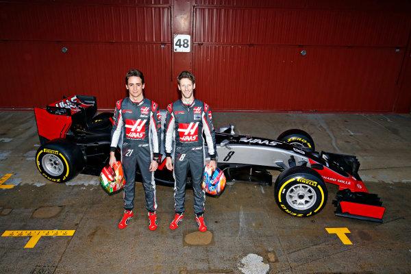Circuit de Catalunya, Barcelona, Spain Monday 22 February 2016. Romain Grosjean, Haas F1, and Esteban Gutierrez, Haas F1, unveil the Haas VF-16 Ferrari. World Copyright: Sam Bloxham/LAT Photographic ref: Digital Image _SBL3844