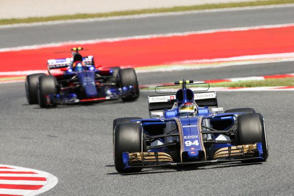Circuit de Catalunya, Barcelona, Spain. Sunday 14 May 2017. Pascal Wehrlein, Sauber C36-Ferrari, leads Carlos Sainz Jr, Toro Rosso STR12 Renault. World Copyright: Charles Coates/LAT Images ref: Digital Image DJ5R1666