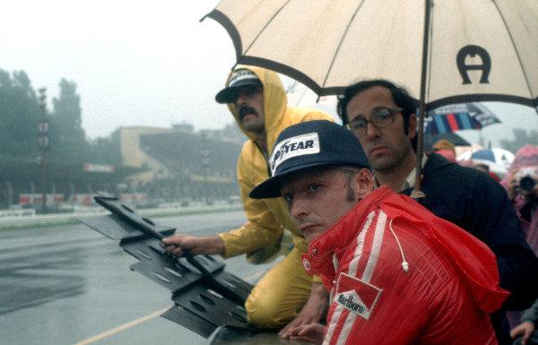 Niki Lauda and Mauro Forghieri on the pitwall.