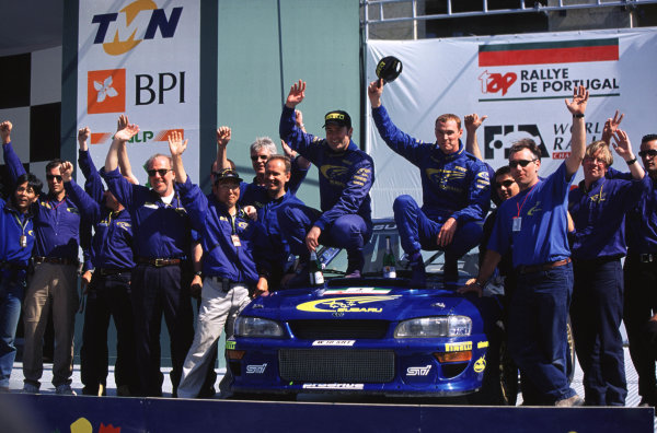 FIA World Rally ChampionshipPortuguese Rally, Porto, Portugal.16-19th March 2000.Richard Burns and Robert Reid celebrating with team. Podium.World - LAT PhotographicTel: +44 (0) 181 251 3000Fax: +44 (0) 181 251 3001e-mail: latdig@dial.pipex com