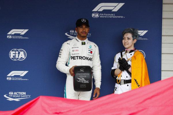 Pole position winner Lewis Hamilton, Mercedes AMG F1, receives the Pirelli Pole Tophy.