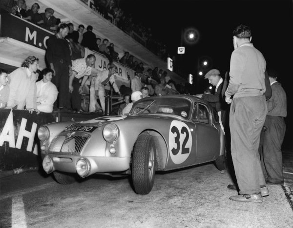 Le Mans, France. 25th - 26th June 1960 Ted Lund/Colin Escott (MG MGA Coupe Twin Cam), 12th position, pit stop action. World Copyright: LAT Photographic Ref:  Autocar Glass Plate C59019.