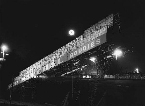 Le Mans, France. 14th - 15th June 1952 The positions board at night, atmosphere World Copyright: LAT Photographic Ref: Autocar Used Pic 20th June 1952 Pg 761.