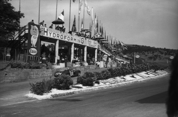 Little Madonie Circuit, Sicily, Italy. 10th June 1956.Piero Taruffi (Maserati 300S), 2nd position, pit stop action. World Copyright: LAT Photographic.Ref:  C46493.